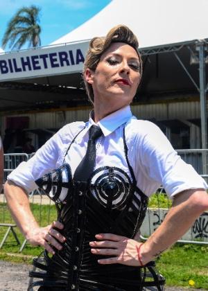 2dez2012-o-fa-rinaldo-borba-34-de-joinville-sc-e-cosplay-de-madonna-e-estava-presente-na-fila-do-primeiro-show-da-turne-mdna-no-brasil-no-rio-de-janeiro-1354476265975_300x420.jpg